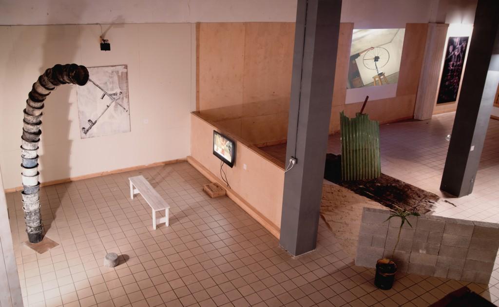Nardeen Srouji נרדין סרוג'י ללא כותרת  מיצב  ברזל, דליים, בטון וצילום  2017 גובה: 3.3 מ